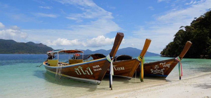 Bateaux en bord de plage en Thaïlande